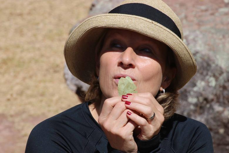 Elke Steinbach, Inka-Meisterin aus Deutschland, beim Pusten in Coca-Blätter während einer Despacho-Zeremonie in Peru