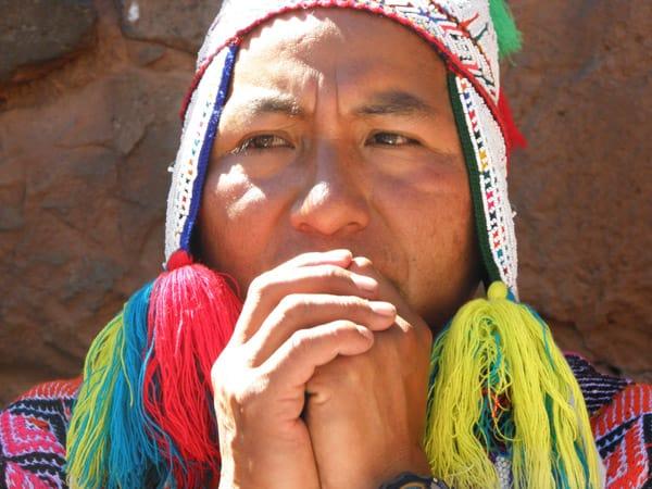 Der Inka-Meister und Schamane Juan Apaza Flores während einer heiligen Despacho-Zeremonie