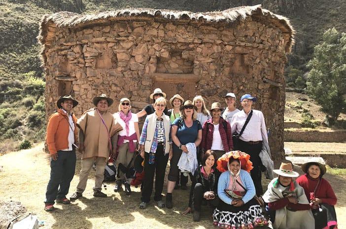 Eine Gruppe von Praktizierenden der Inka-Tradition (genannt Paqos) vor dem Tempel von Urcos