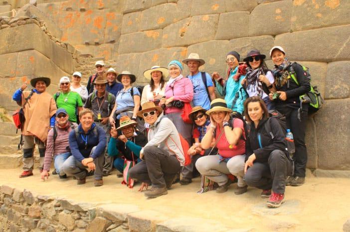 Gruppenfoto mit Teilnehmern der Reise MAGISCHES PERU aus Deutschland, Österreich und Schweiz in Ollantaytambo, einer alten Stadt der Inkas