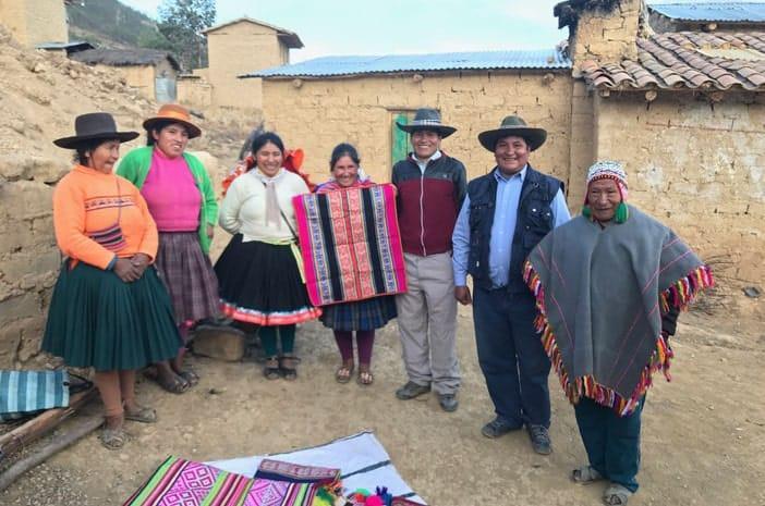 Der Inka-Meister Martin Quispe Machacca mit seinem Sohn Lorenzo Ccapa Apaza und der Familie in seinem Haus