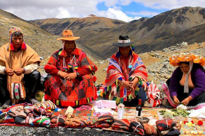 Eine Gruppe von Qeros bei einem Despacho, einer Wunschzeremonie der Inkas