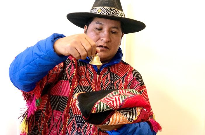Der Inka-Meister und Q'ero-Schamane Lorenzo Ccapa bei einer Einzelsitzung bzw. schamanischen Behandlung