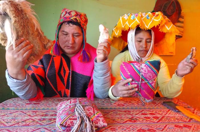 Die indigenen Inka-Meister Lorenzo und Zenovia während einer schamanischen Einzelsitzung