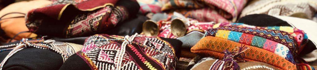 Mishas bzw. Mesas, heilige Medizinbeutel der Inkas, während eines Kurses mit Hans-Martin Beck
