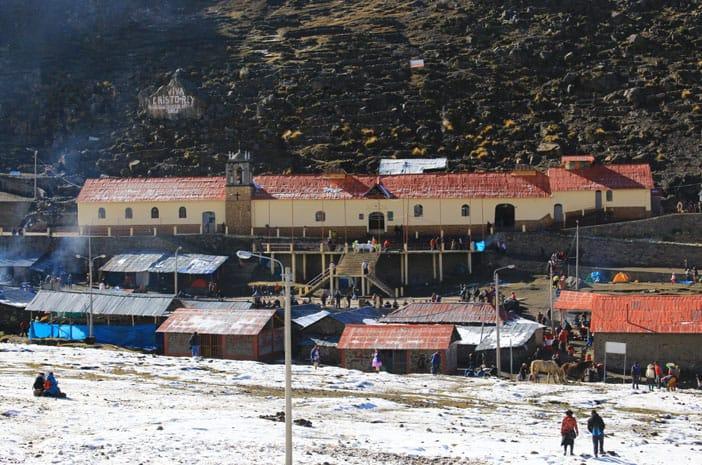 Die Kirche von Qoyllur Rit'i, Ort eines der wichtigsten Feste der Hochanden