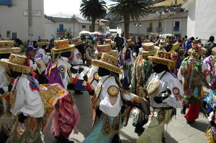 Tänzer der Qhapaq Negro während des heiligen Festes von Paucartambo zu Ehren der Jungfrau von Carmen