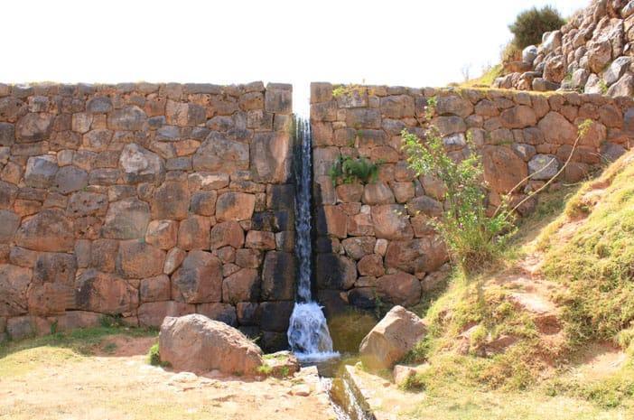 Wasserfall im Wasser-Tempel von Tipon