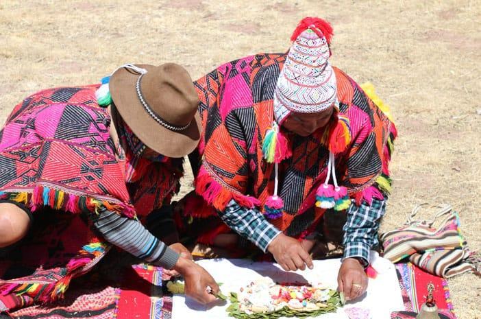 Despachos sind Mandala-Zeremonien. Hier führen zwei Meister ein solches Ritual durch.